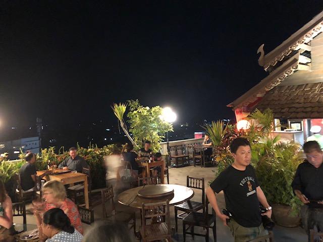 ラオス 夜のシャレた酒場へ